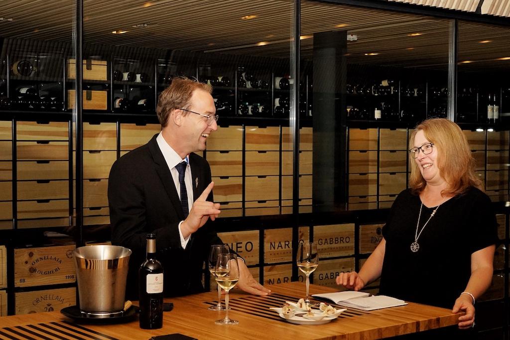 In der Schatzkammer der Weine: Der beste Sommelier des Jahres Romain Iltis und Mitherausgeberin des Magazins FrontRowSociety Annett Conrad bei einer erlesenen Weinverkostung