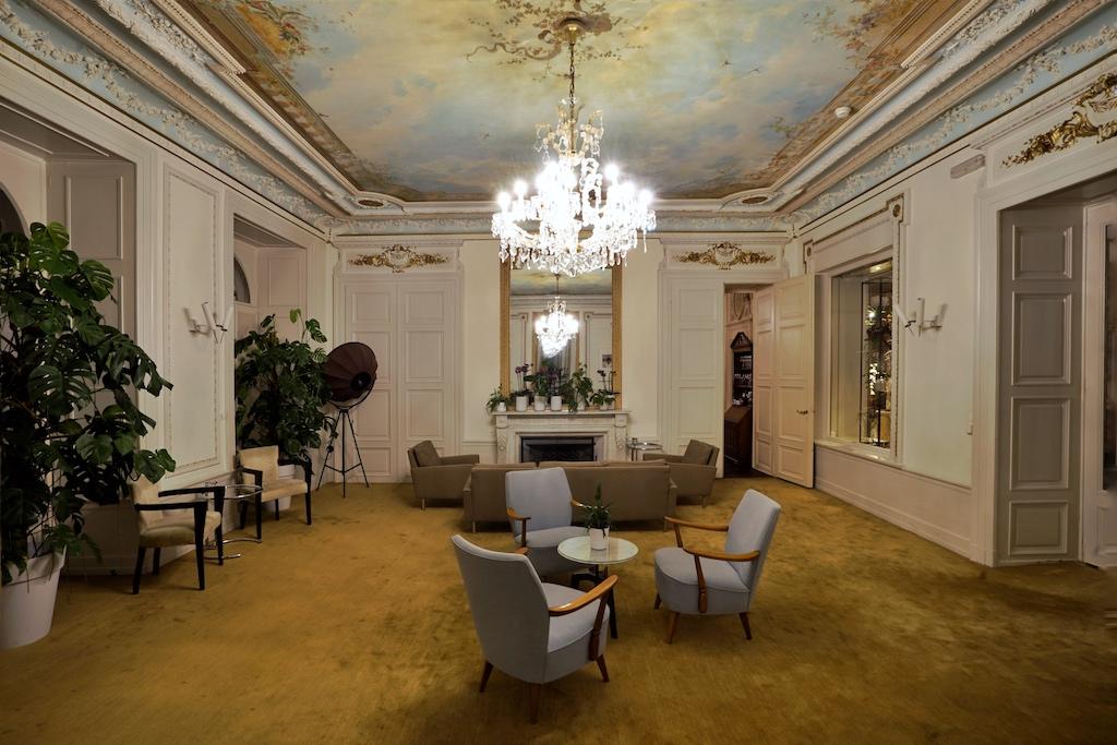 ... oder im Salon des Hotels, wo sich allabendlich Gäste um Verweilen eintreffen