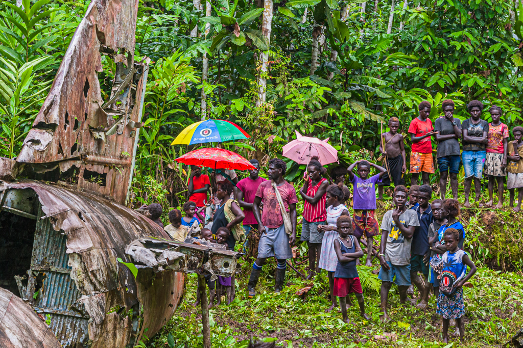 Umbrellas and T-shirts bear the motif of the Bougainville flag / © FrontRowSociety.net, photo: Georg Berg