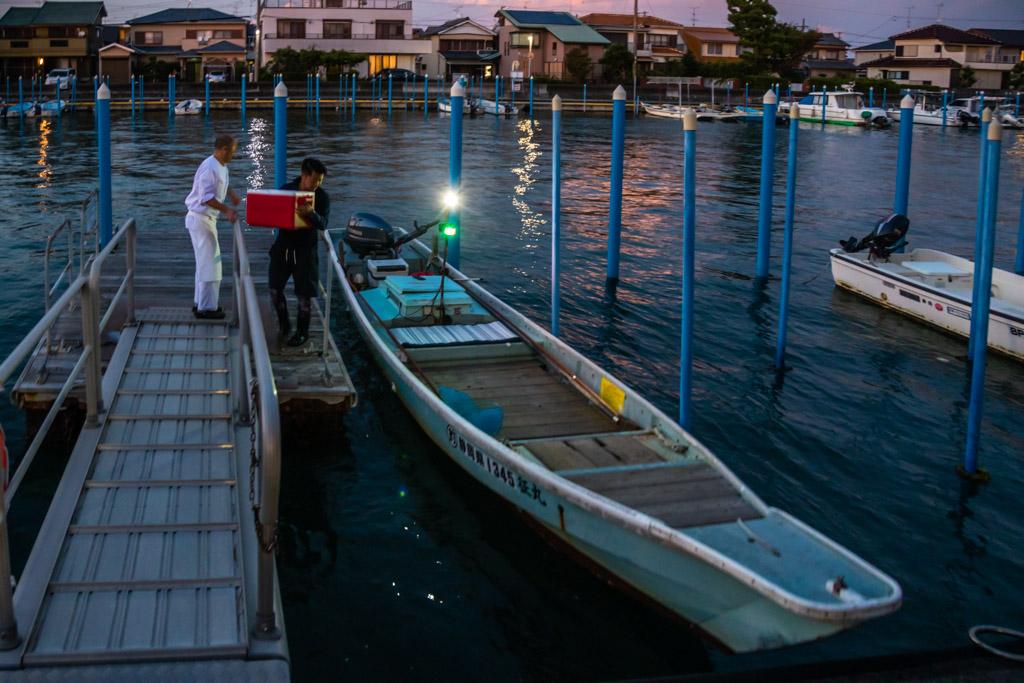 Die Sonne geht gerade unter am Hamana See. Zeit, das Boot mit den Fischerei-Werkzeug und der Kühlbox für den Fang von Fischen und Krebsen zu beladen / © FrontRowSociety.net, Foto: Georg Berg