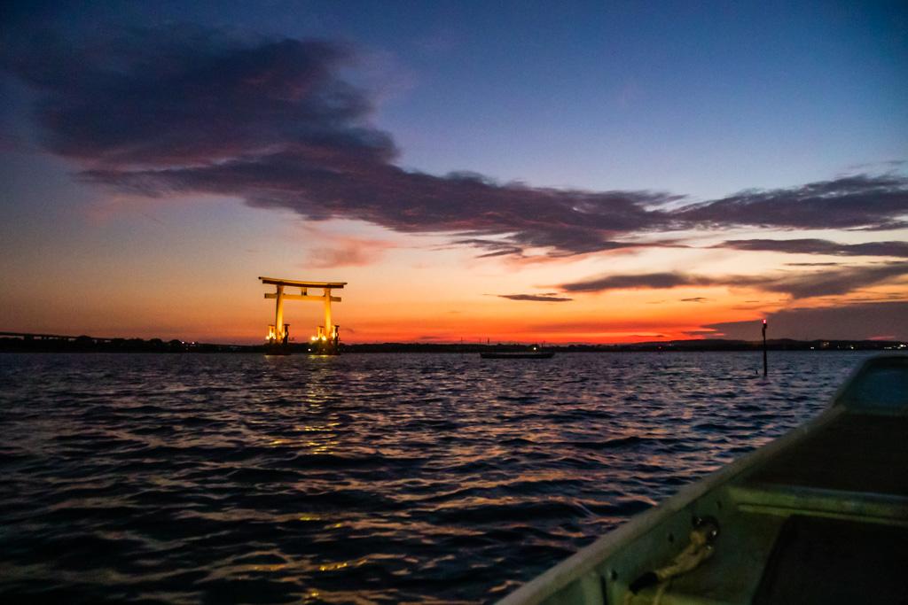 Auf dem Weg zu den südlichen Fanggründen des Lake Hamana fährt man auch an dem im Wasser stehenden Tor Bentenjima vorbei / © FrontRowSociety.net, Foto: Georg Berg