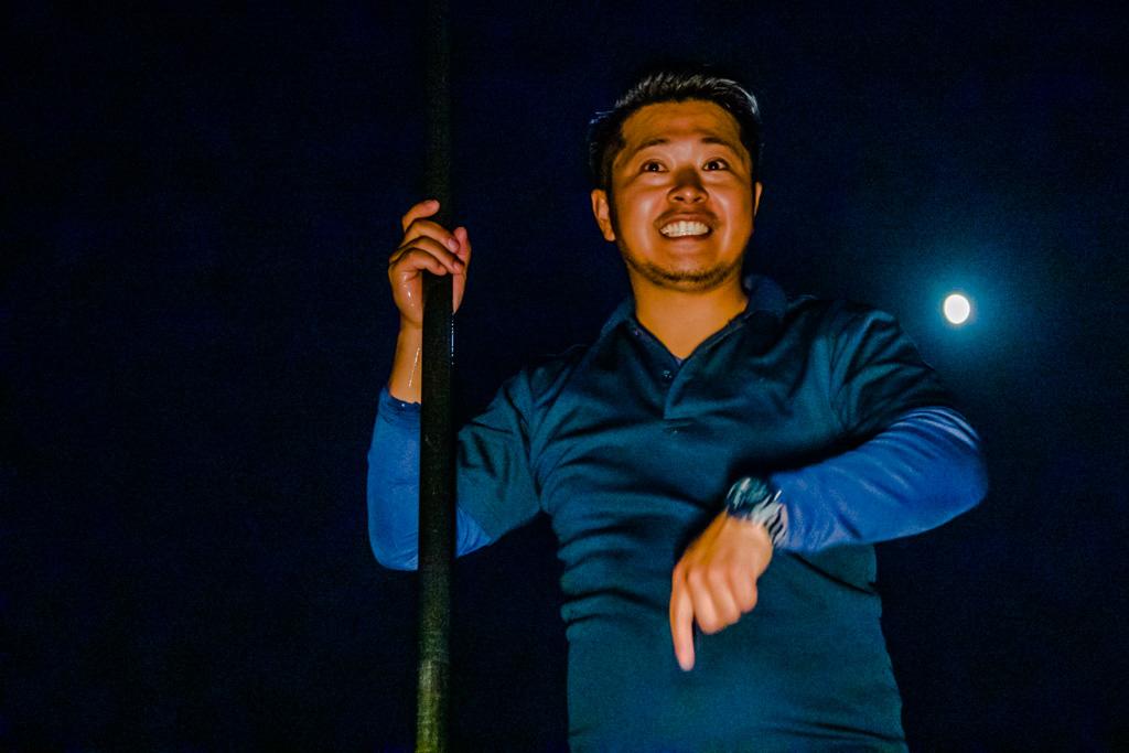 Ikuya Yamamoto erklärt, wie man den Speer zu halten hat und dass der Speer mit großer Entschlossenheit geführt werden sollte. Der Vollmond schaut ihm dabei über die Schulter / © FrontRowSociety.net, Foto: Georg Berg