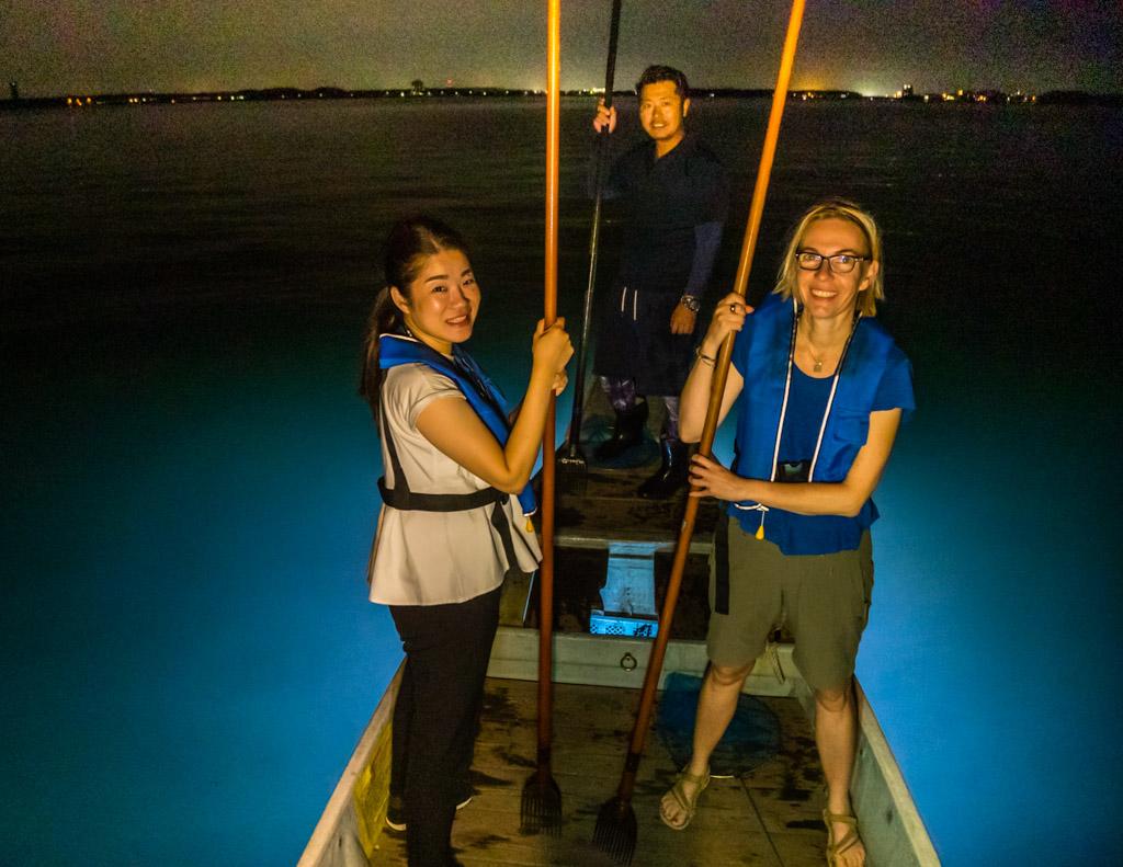 Speer und Stütze in einem. Der Mori hilft auch dem Jäger die Balance auf dem Boot zu halten. Hier FrontRowSociety Redakteurin Angela Berg gemeinsam mit Momoko Takii von TSJ / © FrontRowSociety.net, Foto: Georg Berg