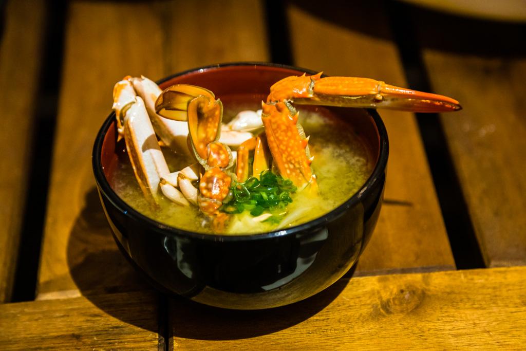 Miso-Suppe mit frischer Einlage. Ein selbst gefischter Krebs wird zu einem sehr nachhaltigen kulinarischen Erlebnis / © FrontRowSociety.net, Foto: Georg Berg