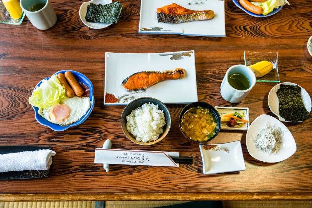 Typisches japanisches Frühstück mit Fisch, Algen und Miso-Suppe / © FrontRowSociety.net, Foto: Georg Berg