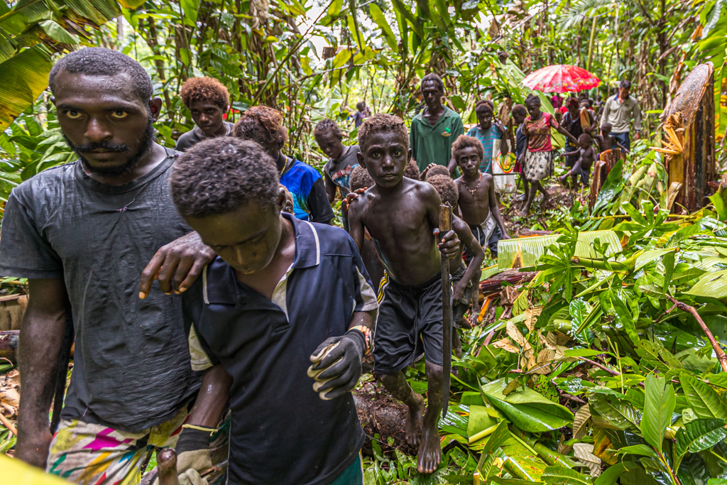More than a hundred people walked to the Yamomoto crash site for two hours / © FrontRowSociety.net, photo: Georg Berg