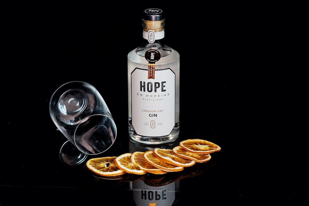 London Dry Gin von Hope on Hopkins aus einer einzigen Malz-Wodka-Basis, frei von Zucker und Süßungsmitteln, hergestellt