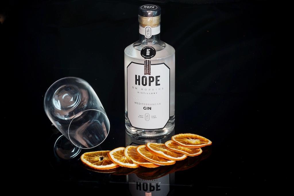 Mediterrane Aromen dominieren beim Mediterranean Gin von Hope on Hopkins, insbesondere Oliven, Rosmarin und Thymian