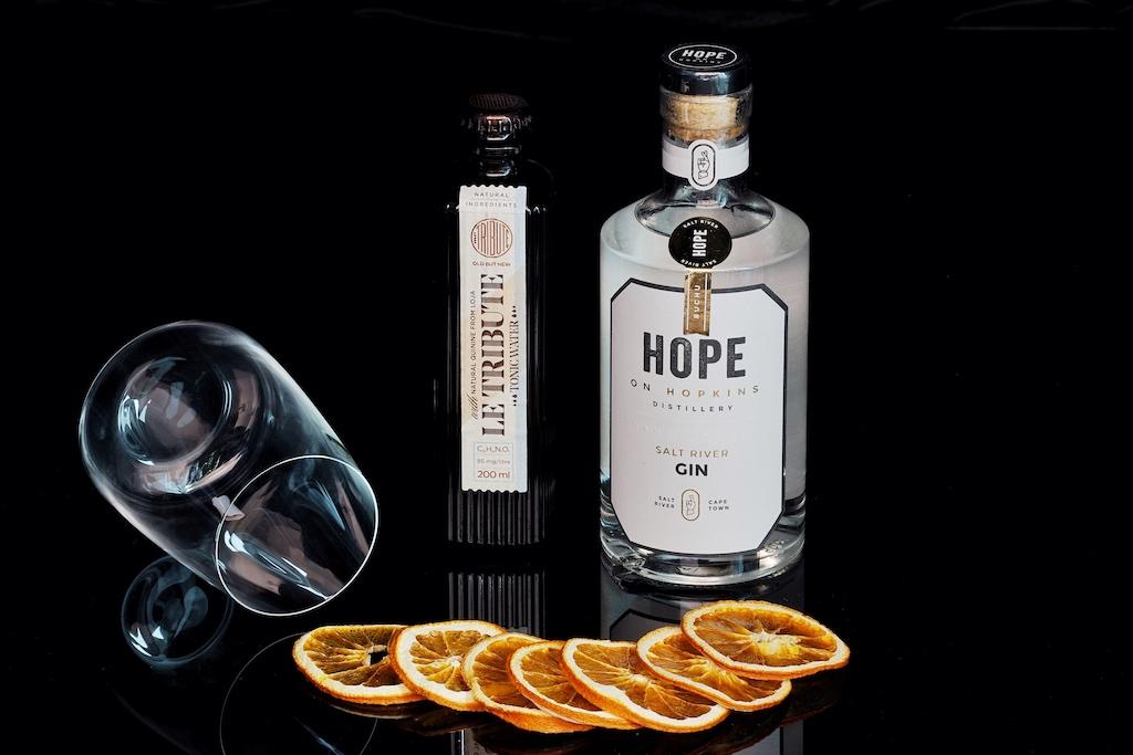 Der Salt River Gin von Hope on Hopkins ist pikant mit leichten floralen Düften. Geschmackstechnisch entführt er zu leichten Kräutern, mit einem zitronigen Finish. Perfekt dazu harmoniert das Tonic Water Le Tribute