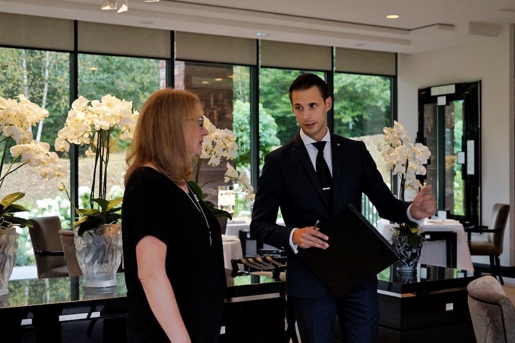 Leiter des Restaurants ist Patrick Meyer (re.), hier im Gespräch mit Annett Conrad (li.)
