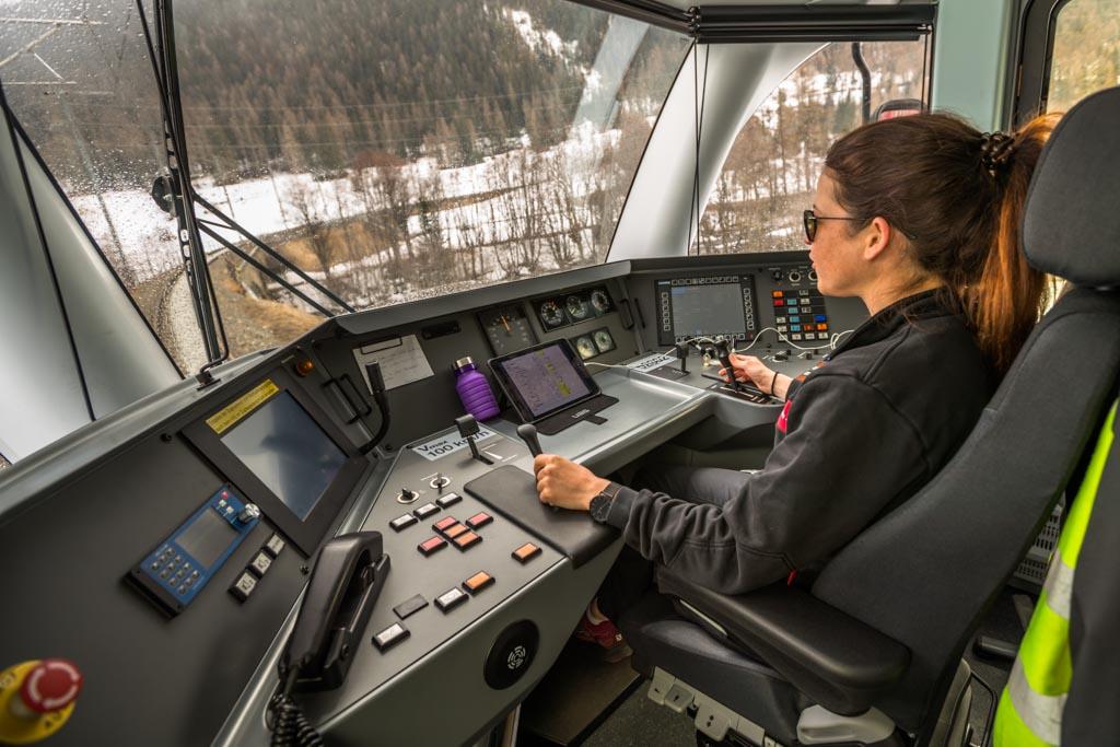 Die Zugfahrt in einem Führerstand der Rhätischen Bahn ist ein ganz besonderes Erlebnis und kann im Voraus gebucht werden / © FrontRowSociety.net, Foto: Georg Berg