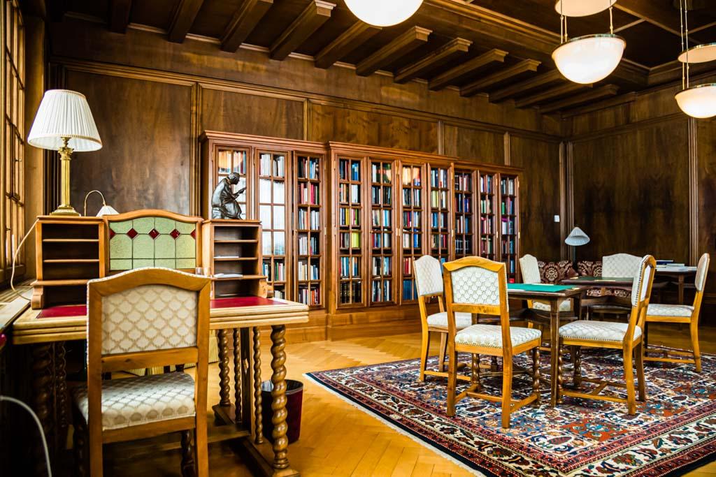 """Die Bibliothek: Wer mag wohl an diesen Tischen schon gelesen oder geschrieben haben? Elke Heidenreich kam in diesem Raum der Gedanke: Wie groß ist die Welt und wie still ist es hier"""". Überhaupt das Thema Stille. Martin Mosebach schreibt """"Das Weltende könnte stattfinden, und man würde davon im Walhaus erst eine Woche später erfahren, durch eine unaufgeregte Information des Portiers"""" / © FrontRowSociety.net, Foto: Georg Berg"""