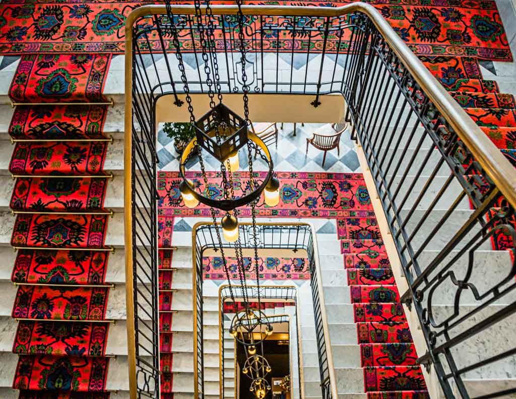 Wen die Füße noch tragen und wer den Charme der alten Zeiten zu schätzen weiß, sollte stets über das Treppenhaus zu seinem Zimmer gehen. Gleichzeitig ein gutes Höhentraining für Gäste aus dem Flachland / © FrontRowSociety.net, Foto: Georg Berg