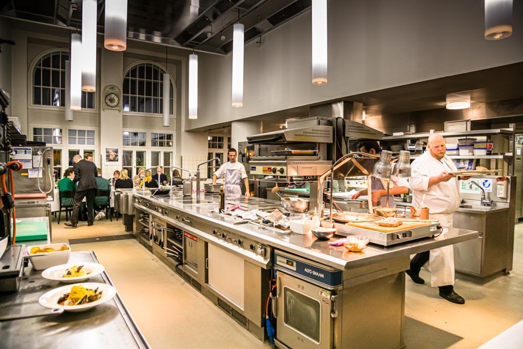 Eine Küche wie eine Kathedrale. Hier findet jeden Montag auch für externe Gäste ein Chef's Table statt / © FrontRowSociety.net, Foto: Georg Berg