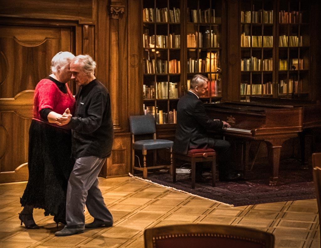 In der Bar können Paare am Abend auch tanzen. 70 Jahre lang mussten die Kellner das Essen durch die tanzenden Paare tragen. Nach dem Umbau der Küche kommen sich Kellner und Musiker nicht mehr in die Quere / © FrontRowSociety.net, Foto: Georg Berg