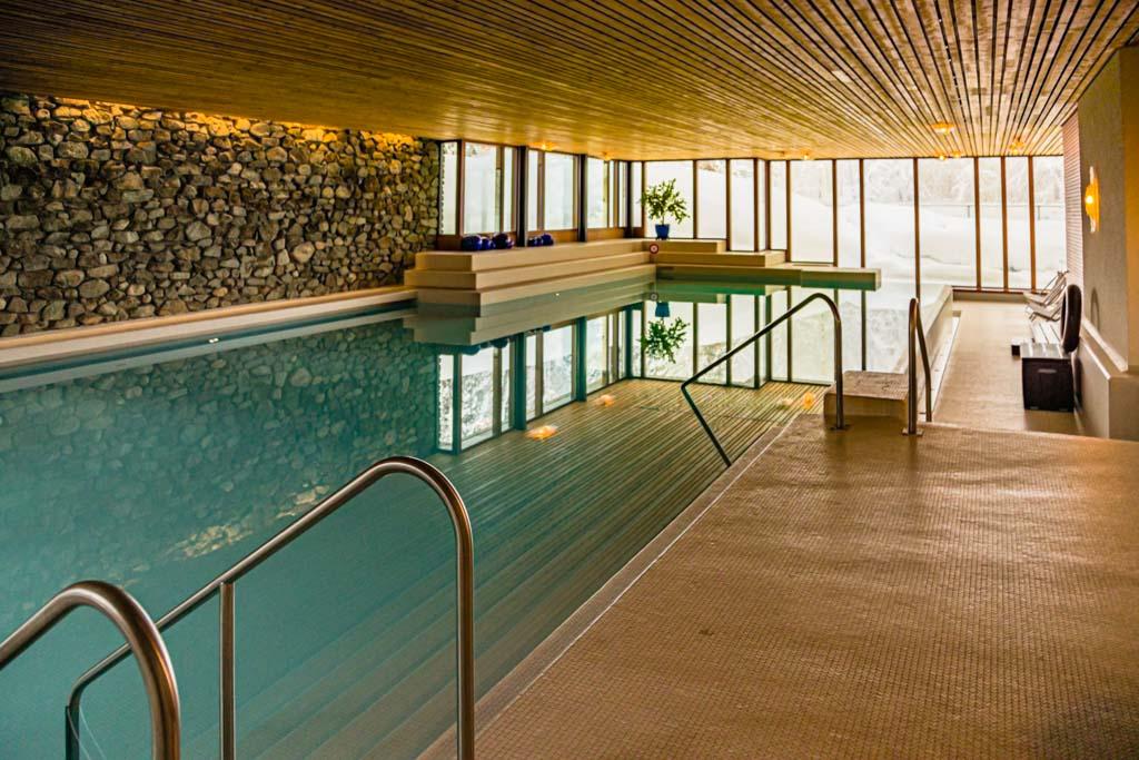 Die neuen Anlagen haben das Schwimmbad von 1970 nicht verdrängt, sondern es großzügig mit einbezogen / © FrontRowSociety.net, Foto: Georg Berg