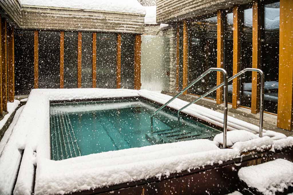Modernisierung mit Maß: Das Becken des Spa-Bereichs im Schnee / © FrontRowSociety.net, Foto: Georg Berg