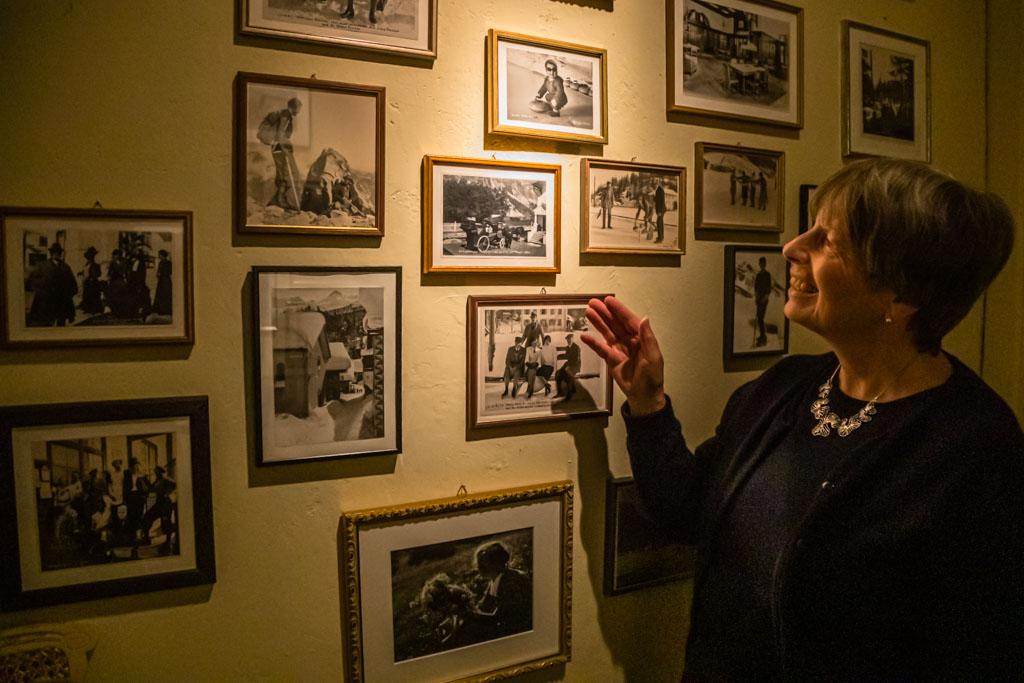 """Maria Dietrich im hauseigenen Museum. Sie wurde 1953 sogar im Waldhaus geboren. Später wurde das Geburtszimmer ihr Arbeitszimmer. Augenzwinkernd meint sie dazu """"Ich habe es im Leben nicht sehr weit gebracht"""" / © FrontRowSociety.net, Foto: Georg Berg"""