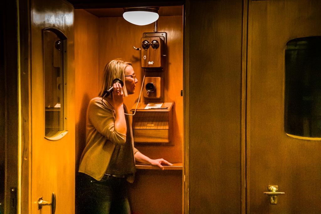 Die alte Telefonkabine im Waldhaus ist heute Handy-Rückzugsort zum Wohle aller Gäste, die die Salons und vielen anderen Plätze im Haus zum Lesen, Spielen, Reden oder Denken nutzen möchten. Angenehme Zeiten, als das Telefon in einer eigenen Kabine verortet war und nicht in jedermanns Hosentasche / © FrontRowSociety.net, Foto: Georg Berg