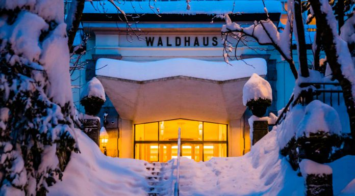 Meterhoher Neuschnee stülpt sich über die steinernen Löwen am Hauptportal. Das Licht in der Lobby leuchtet warm und einladend. Schön zu wissen, dass man sich gleich in einen der Samtsessel im Salon-Bleu fallen lassen kann / © FrontRowSociety.net, Foto: Georg Berg