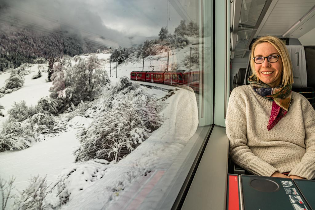 Stimmungsvolle Anfahrt mit der Rhätischen Bahn durch den Schnee / © FrontRowSociety.net, Foto: Georg Berg