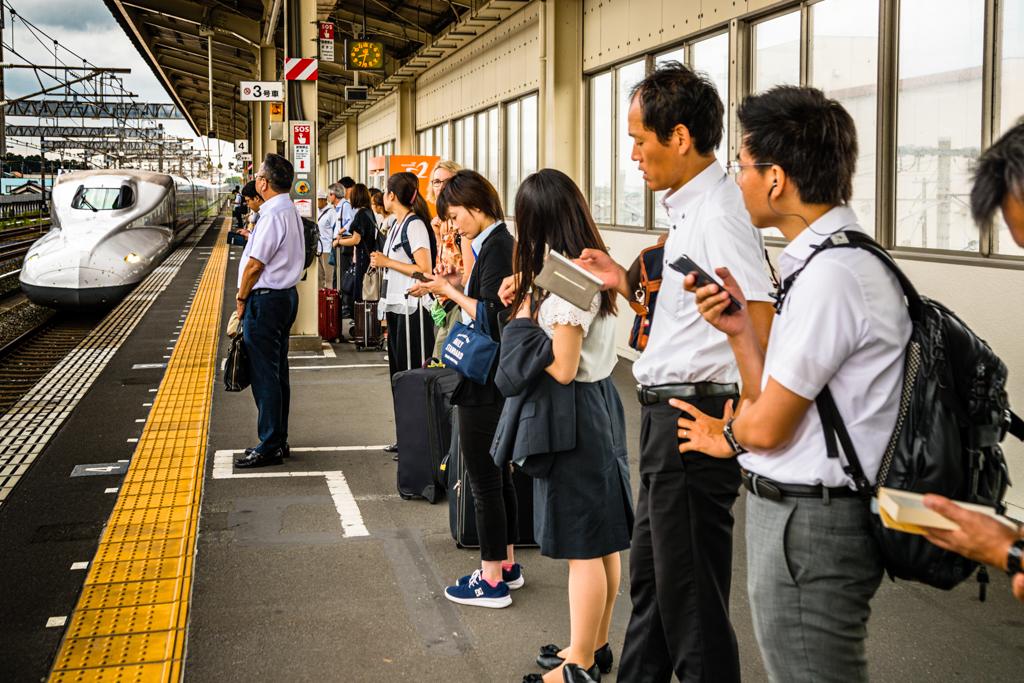 Der Shinkansen hält mit den Türen exakt an den am Bahnsteig markierten Stellen. Es gibt in Japan kein Gedrängel. Man schließt sich den sich bildenden Schlangen an / © FrontRowSociety.net, Foto: Georg Berg