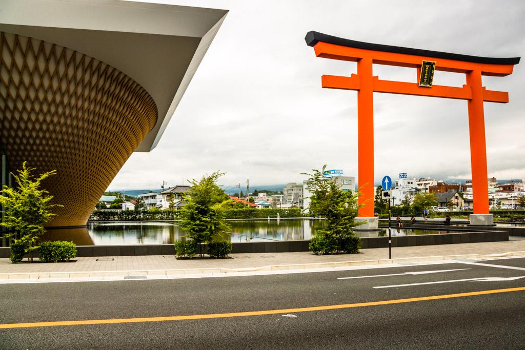 Das Mount Fuji World Heritage Centre in Fujinomiya. Der kegelförmige Bau ist der Form des Berges nachempfunden, wurde auf den Kopf gestellt und spiegelt sich als Mount Fuji auf der Wasserfläche vor dem Museum / © FrontRowSociety.net, Foto: Georg Berg