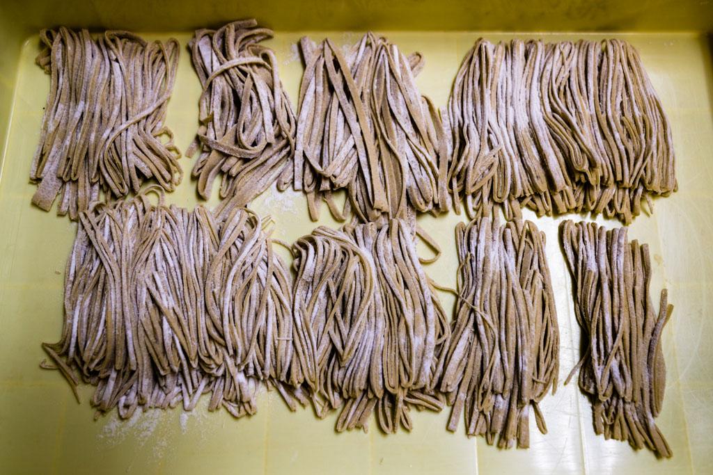 Sobanudeln bereit für den Kochtopf: dass hier auch eine ungelernte Kraft am Werk war, sieht man an den zum Teil viel zu dicken Streifen / © FrontRowSociety.net, Foto: Georg Berg