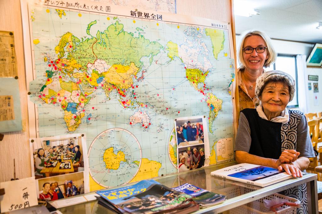 Die Welt zu Gast im Dorf: Am Ende des Kochworkshops dürfen die Teilnehmer noch einen Pin in der Weltkarte verankern / © FrontRowSociety.net, Foto: Georg Berg