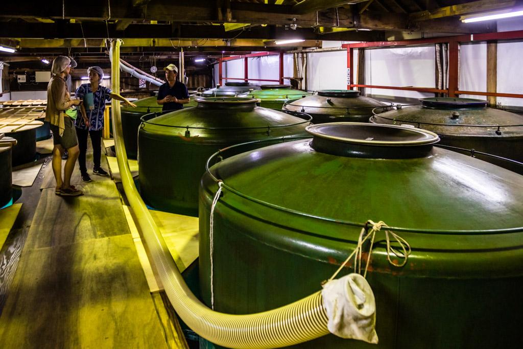 Die grünen Tanks für die Sake-Produktion waren früher Kriegsschiffe der japanischen Marine / © FrontRowSociety.net, Foto: Georg Berg