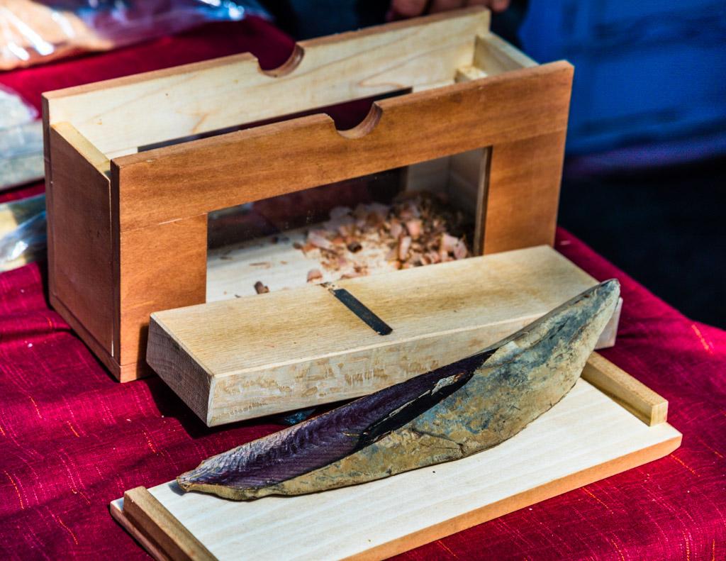 Vor dem Hobel liegt das Endprodukt, ein hochwertiger Honkare-Katsuobushi. Getrocknet und fermentiert hat er die geringste Restfeuchte und ist ein natürlicher Geschmacksverstärker / © FrontRowSociety.net, Foto: Georg Berg