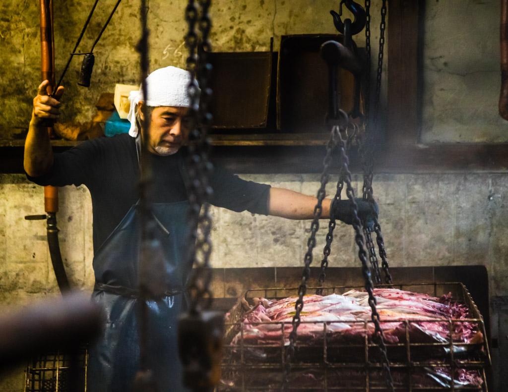 """""""Shakuju"""" ist absolute Chefsache. Für jedes Tauchbecken hat Serizawa eine eigene Uhr. Das Wasser darf nie kochen, es darf nur köcheln und der ganze Vorgang zwei Stunden nicht überschreiten / © FrontRowSociety.net, Foto: Georg Berg"""
