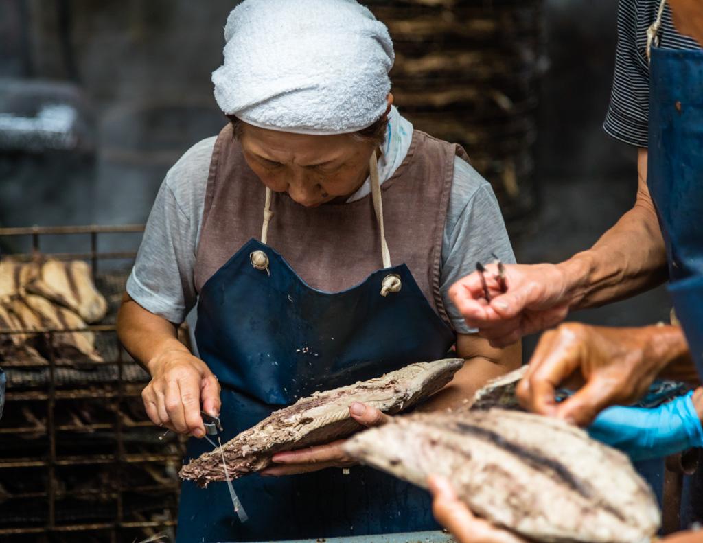 """""""Honenuki"""" heißt das manuelle Entgräten der Fischhälften, bei dem der nun in vier Filets geteilte Fisch möglichst unbeschadet bleiben soll / © FrontRowSociety.net, Foto: Georg Berg"""