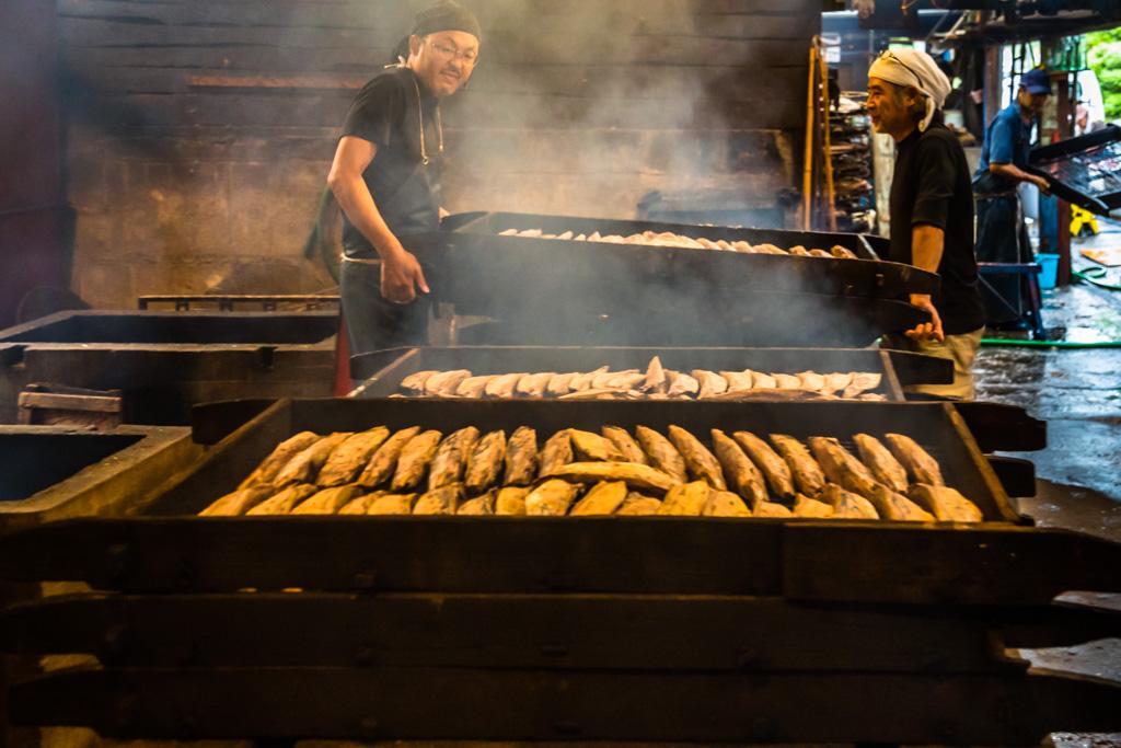 """""""Baikan"""" - Für das Räuchern wird nur hartes Holz wie Eiche verwendet. Bei diesem ersten Räuchervorgang, der bis spät in die Nacht geht, bewachen zwei Arbeiter für acht Stunden das Feuer / © FrontRowSociety.net, Foto: Georg Berg"""