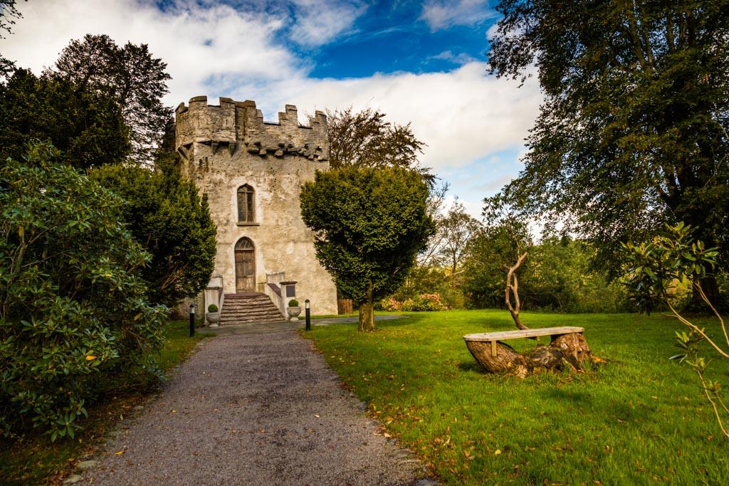 Die eigene Schlossruine Dunloe Castle ist Wohnort des freundlichen Elfs Stewart. Bei kleineren Kindern sehr beliebt ist der Märchenpfad und die Sage von MacThomas und Stewart / © FrontRowSociety.net, Foto: Georg Berg