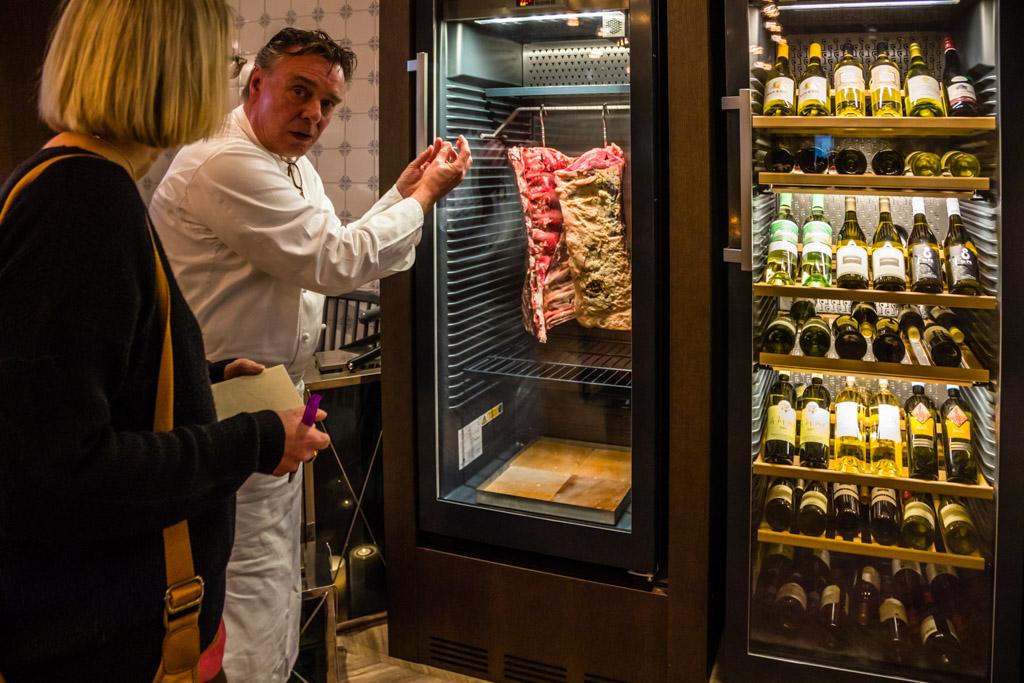 Aged to perfection - Im Eingangsbereich zum Restaurant kommen alle Gäste an den Dry Aging Kühlschränken vorbei / © FrontRowSociety.net, Foto: Georg Berg