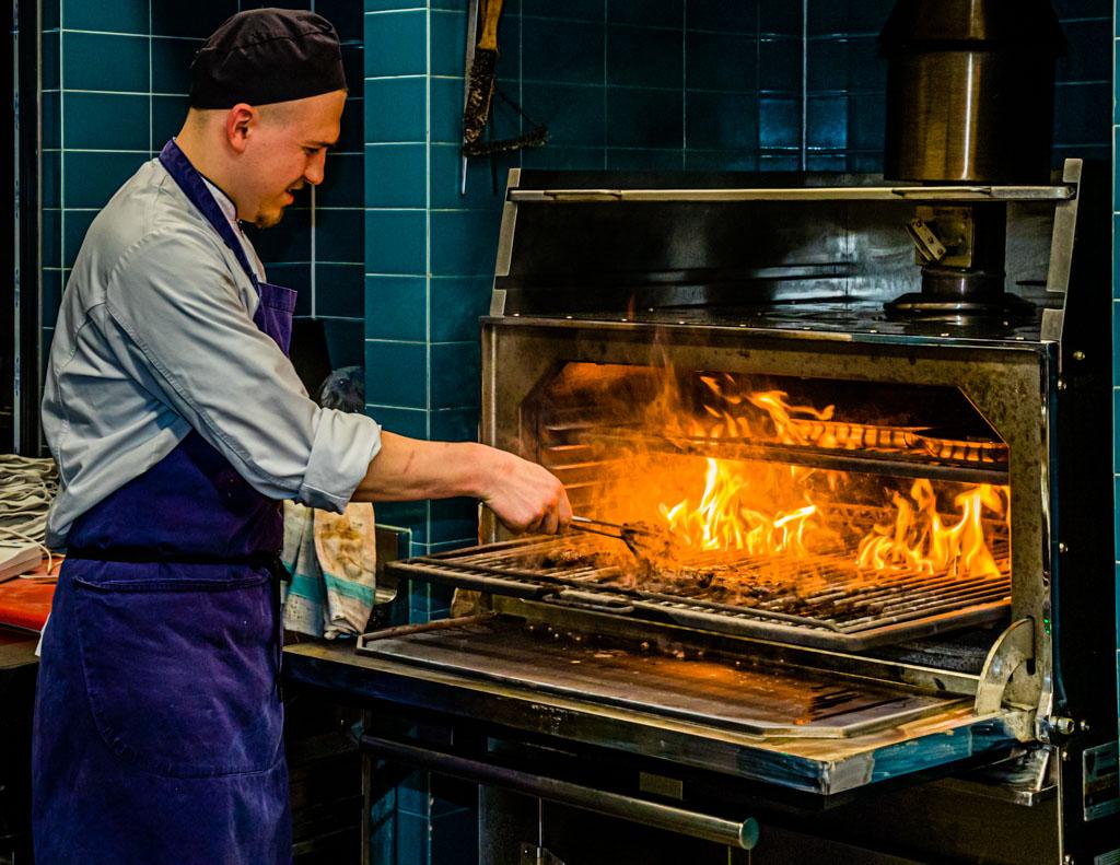 Heißgeliebt vom Küchenteam: im Josper Grill werden die Stücke vom heimischen Black Angus perfekt zubereitet / © FrontRowSociety.net, Foto: Georg Berg