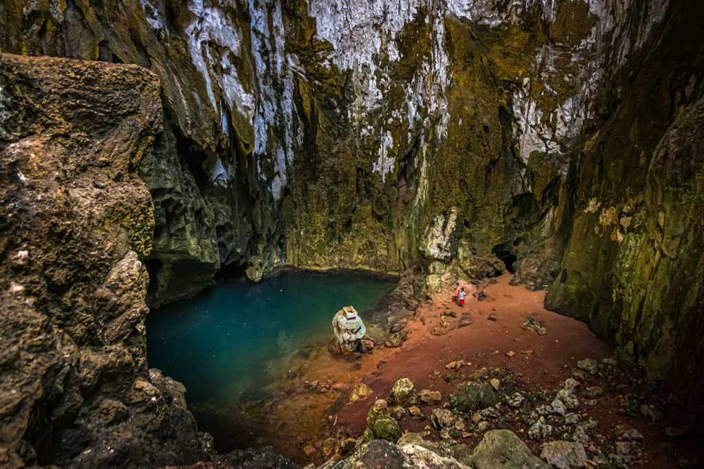 At the foot of the cavern, sea water mixes with fresh rainwater, which is collected as drinking water in a container / © FrontRowSociety.net, photo: Georg Berg