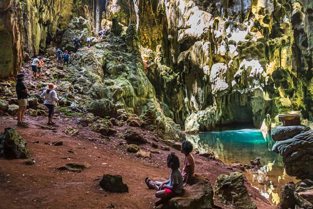 Vorsichtig tastet sich die Reisegruppe bis zum Grund der natürlichen Kaverne / © FrontRowSociety.net, Foto: Georg Berg