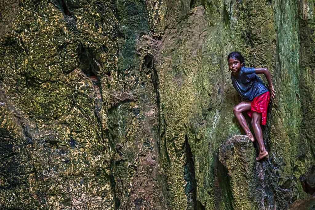 Die Kinder der Insel lieben die Felsen der Höhle als natürlichen Sprungturm / © FrontRowSociety.net, Foto: Georg Berg