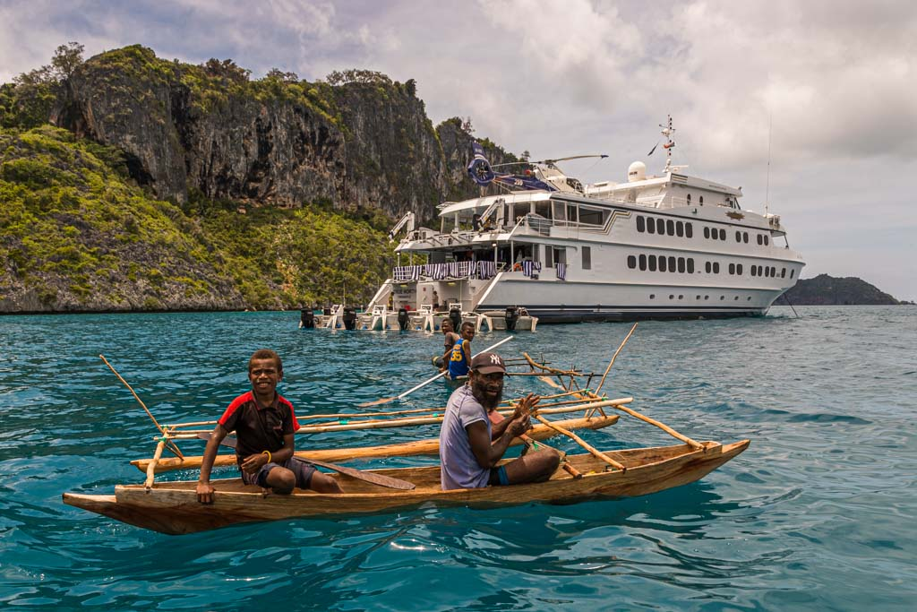 Outrigger canoes are not restricted in their mobility in the water above the corals. The True North, on the other hand, has to navigate very carefully despite the shallow draft / © FrontRowSociety.net, Photo: Georg Berg