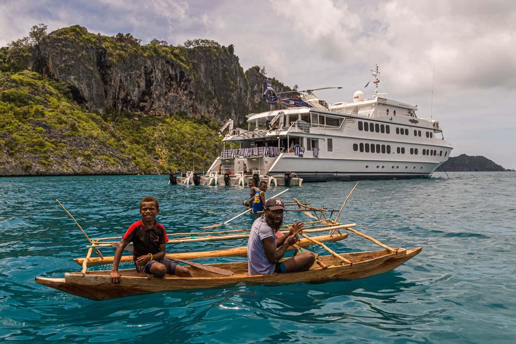 Auslegerkanus sind im Gewässer über den Korallen in ihrer Beweglichkeit nicht eingeschränkt. Die True North dagegen muss trotz des geringen Tiefgangs sehr vorsichtig navigieren / © FrontRowSociety.net, Foto: Georg Berg