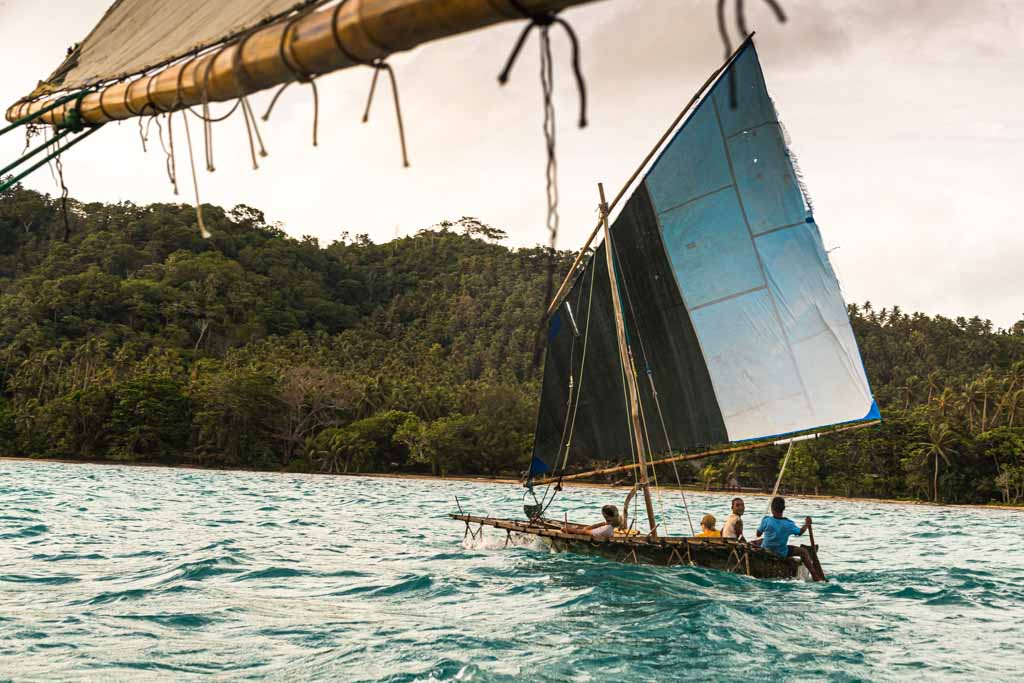The Prau, which is typical for Polynesia, is an ocean-going sailboat with a delta wing and an outrigger that is always on the windward side facing the wind / © FrontRowSociety.net, photo: Georg Berg