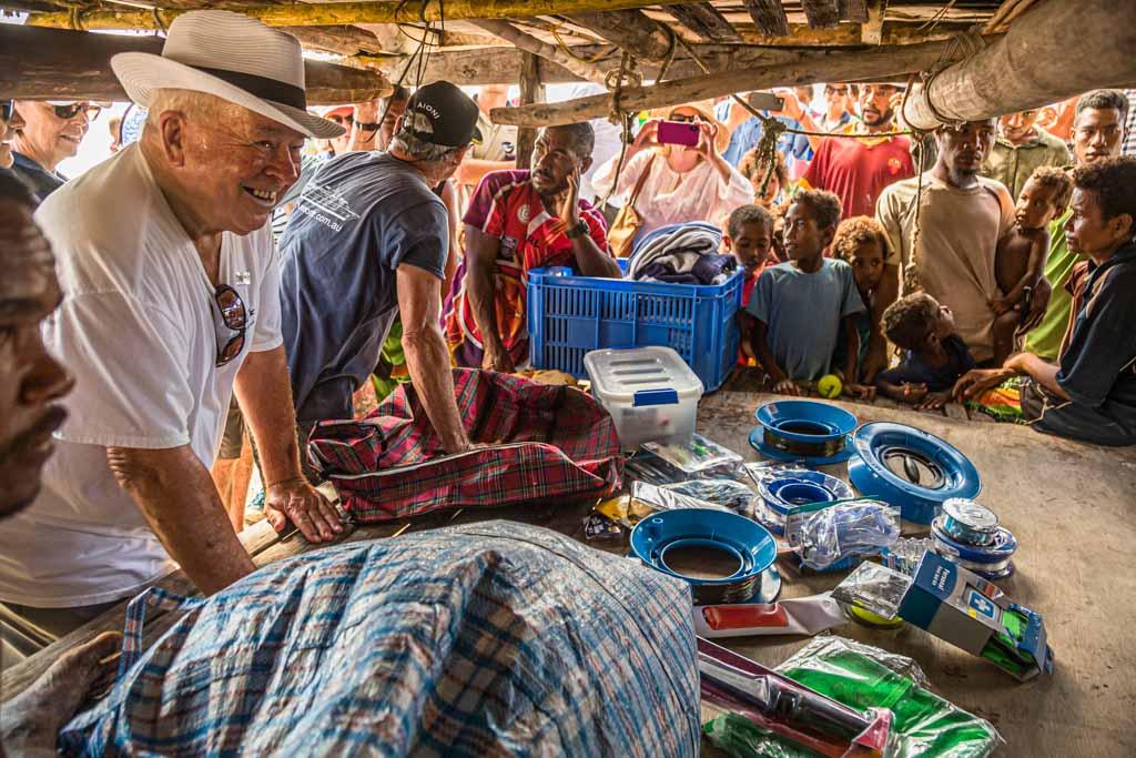 Fischerei-Zubehör ist ein perfektes Gastgeschenk. Die gerechte Verteilung wird vor allen Augen in die Hand des Dorfoberhauptes gelegt / © FrontRowSociety.net, Foto: Georg Berg