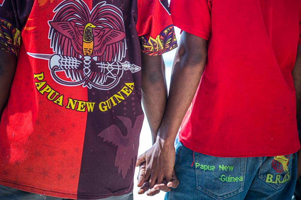 Die Ankunft der Fremden wird an Land mit Spannung verfolgt / © FrontRowSociety.net, Foto: Georg Berg