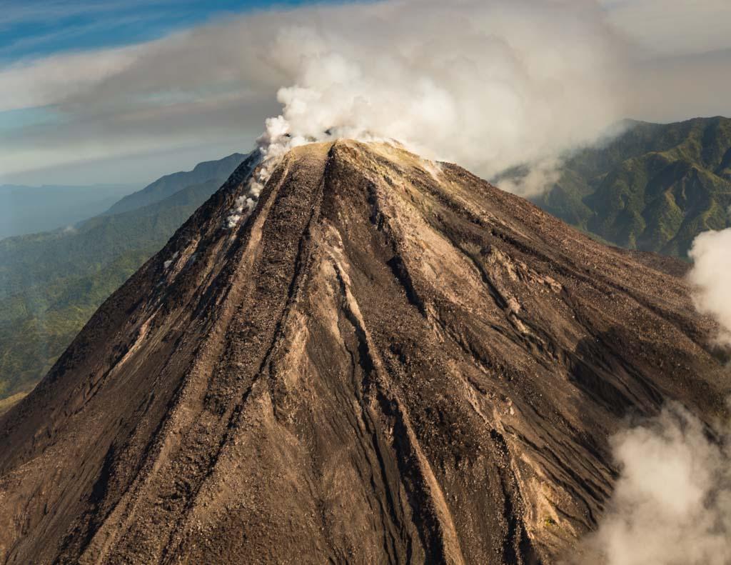 Während wir uns nähern, stößt der Bagana Vulkan Rauchwolken aus / © FrontRowSociety.net, Foto: Georg Berg
