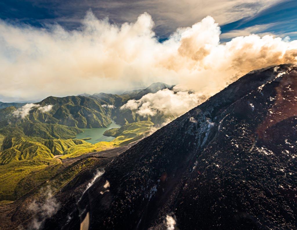 Hinter dem aktiven Bagana Vulkan taucht die mit Wasser gefüllte Formation des Lake Billy Mitchell auf / © FrontRowSociety.net, Foto: Georg Berg
