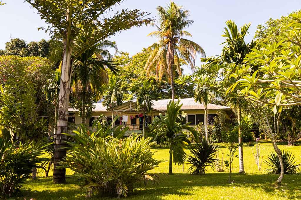 Das ehemalige Amtsgebäude des deutschen Gouverneurs im Verwaltungszentrum der Provinz Bougainville, der Stadt Buka / © FrontRowSociety.net, Foto: Georg Berg
