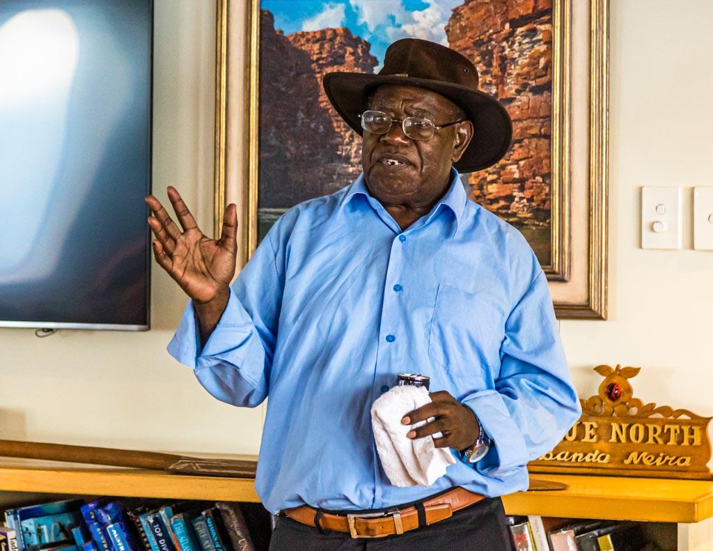 Raymond Masono, der Vizepräsident der autonomen Region Bougainville erklärt an Bord der True North die Regierungspolitik nach dem Referendum zur Unabhängigkeit / © FrontRowSociety.net, Foto: Georg Berg