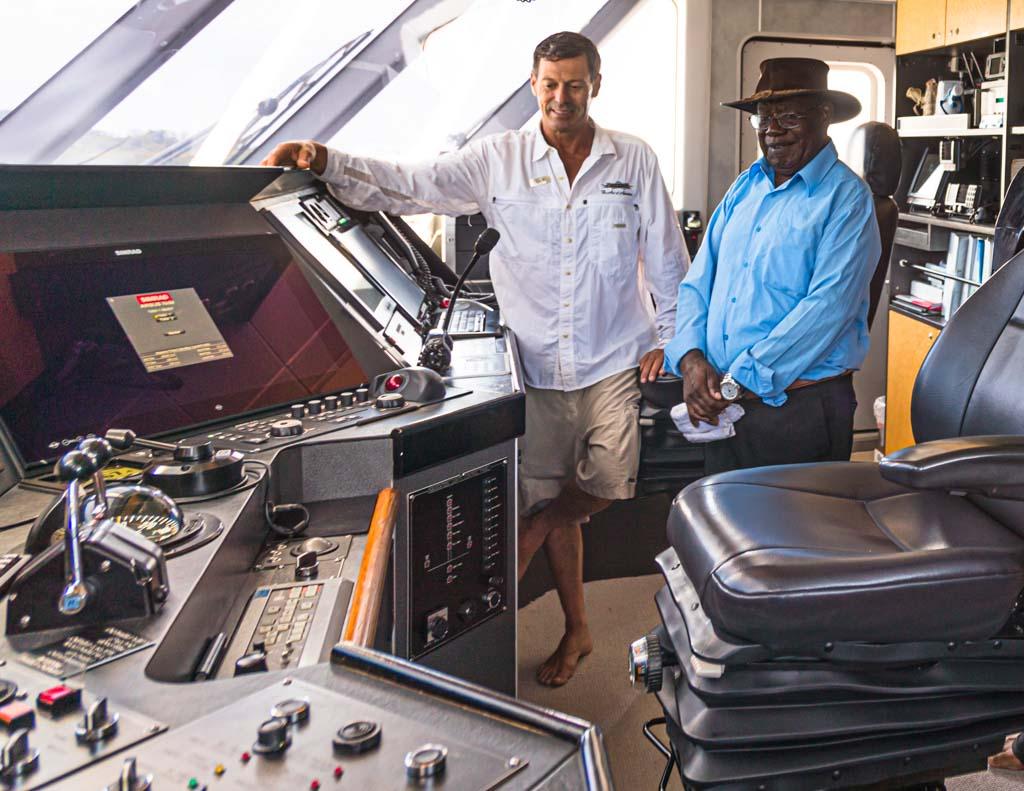 Kapitän Gav Graham und der stellvertretende Regierungschef Bougainvilles, Raymond Masono auf der Kommandobrücke der True North / © FrontRowSociety.net, Foto: Georg Berg